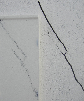 左:下段製品に落ちたSiC粉 右:上段SiC棚板の亀裂